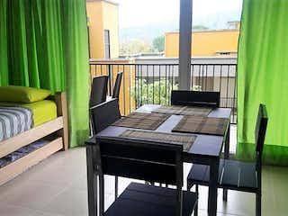 Una cama sentada en un dormitorio junto a una ventana en -