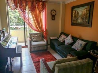 Una sala de estar llena de muebles y una ventana en Colina de la Almeria