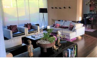 Una sala de estar llena de muebles y una ventana en san sebastian