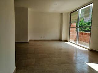 Un cuarto de baño con ducha y una ventana en Apartamento en La Gabriela, Bello - 60mt, tres alcobas, balcón