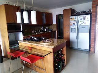 Una cocina con una estufa de fregadero y nevera en Abedules