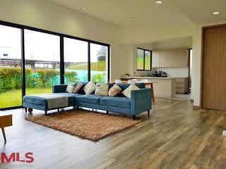 Una sala de estar llena de muebles y un suelo de madera dura en Parcelación Bonavista