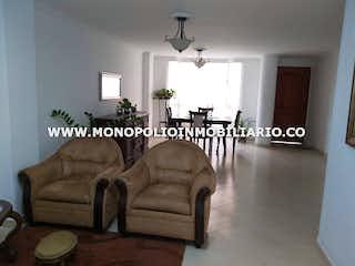 Una sala de estar llena de muebles y una mesa en ALTAIR 301