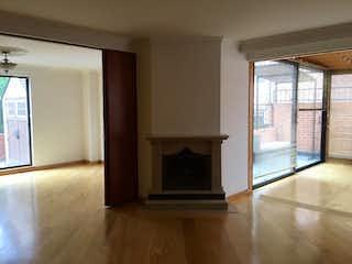 Una sala de estar llena de muebles y una chimenea en Apartamento En Venta En Bogota Santa Paula-Usaquén