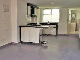 Una cocina que tiene un fregadero y una estufa en Apartamento en Las Acacias, laureles - 100mt, tres alcobas, balcón