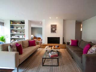 Una sala de estar llena de muebles y una televisión de pantalla plana en Apartamento 220 mts2-Ubicado en Chicó -El Nogal,3 Habitaciones.
