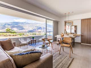 Una sala de estar llena de muebles y una gran ventana en Bosque Alto Apartamentos