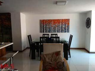 Una sala de estar llena de muebles y una mesa en Yarima