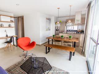 Una sala de estar llena de muebles y una mesa de madera en TERRA