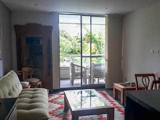 Una sala de estar llena de muebles y una ventana en CASA GRANDE