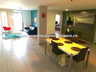 Una cocina con una mesa y una mesa en LOS CAOBOS 503