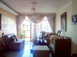 Una sala de estar llena de muebles y una ventana en San Isidro