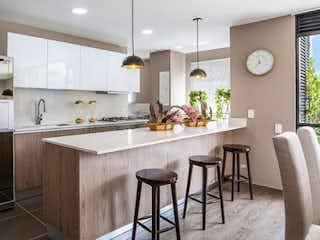 Una cocina con una mesa y sillas en ella en ED SAINT THOMAS