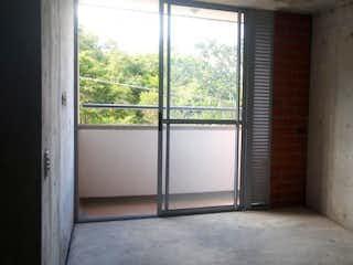 Una habitación que tiene una ventana en ella en Apartamento 50 mts2-Ubicado en Bello -Cabañas,3 Habitaciones.