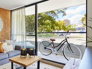 Una sala de estar llena de muebles y una ventana en Áki