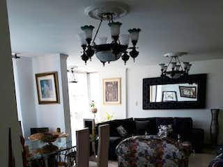 Una sala de estar llena de muebles y una lámpara en Torre Los Libertadores