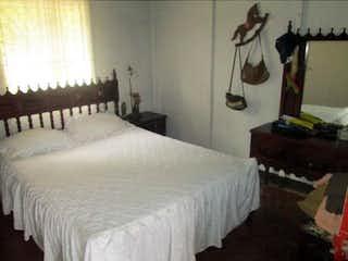Una habitación de hotel con dos camas y un escritorio en No aplica