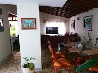 Una sala de estar llena de muebles y una planta en maceta en -