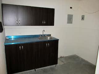 Un cuarto de baño con lavabo y un espejo en -