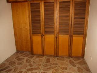 Una puerta de madera en un baño con una puerta de madera en -