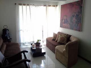 Una sala de estar llena de muebles y una ventana en altos de suramerica.
