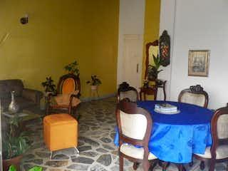 Una sala de estar llena de muebles y una pintura en -