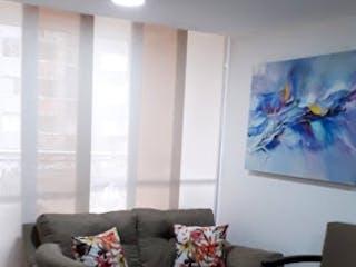 Una sala de estar llena de muebles y una gran ventana en Porto Leticia.