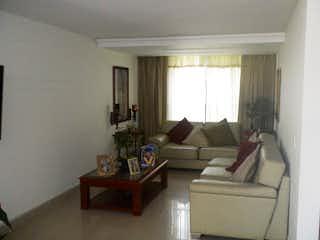Una sala de estar llena de muebles y una ventana en Casa en El Trianon, Envigado - 170mt, tres alcobas, terraza