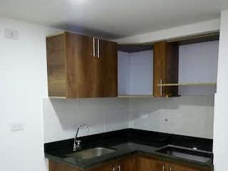 Una cocina con lavabo y microondas en Urbanización Luna del Valle.