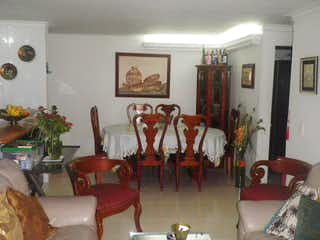 Una sala de estar llena de muebles y una mesa en Apartamento en Santa Monica, La America - 72mt, tres alcobas