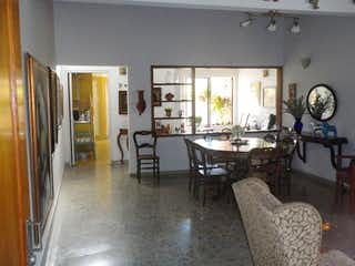 Una sala de estar llena de muebles y una ventana en CAYAMBI