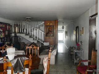Una sala de estar llena de muebles y un reloj en No aplica