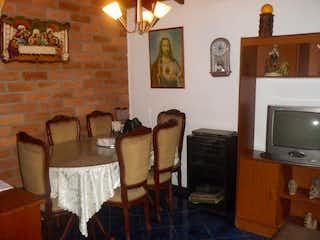 Una sala de estar llena de muebles y una televisión de pantalla plana en Casa en venta en Barrio Buenos Aires, 130mt