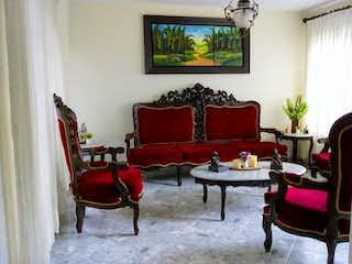 Una sala de estar llena de muebles y una televisión de pantalla plana en -