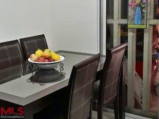 Un tazón de fruta sentado sobre una mesa en Portal de las Flores
