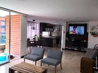 Una sala de estar llena de muebles y una televisión de pantalla plana en Venta Apartamento Sta M. de los Angeles Medellin