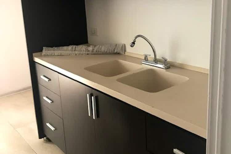 Portada Apartamento en Santa Bárbara, Bogotá cuarto de servicio con baño y cocina americana.