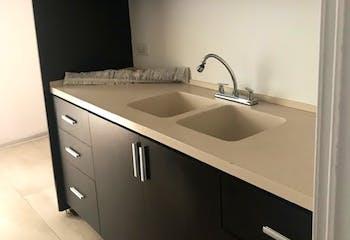 Apartamento en Santa Bárbara, Bogotá cuarto de servicio con baño y cocina americana.