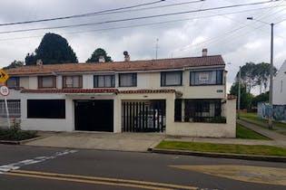 Venta de Casa en Santa Barbara Occidental, Bogotá con 2 niveles, 2 parqueaderos lineal.